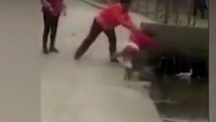GEST ŞOCANT! O femeia a aruncat un copil într-un șanț cu apă. Momentul a fost filmat (VIDEO)