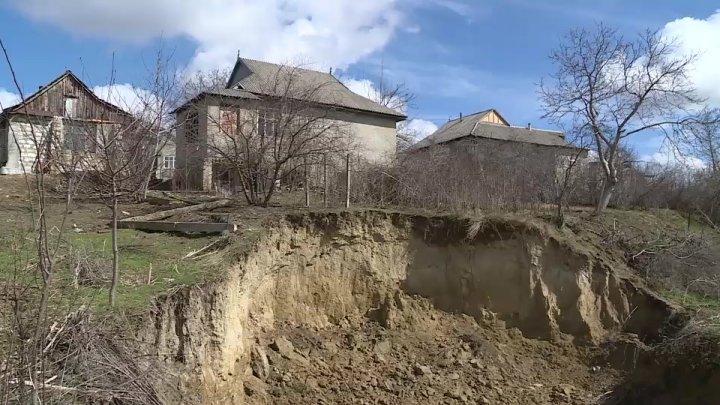 PERICOL LA LEOVA! 12 gospodării riscă să se prăbuşească din cauza alunecărilor de teren