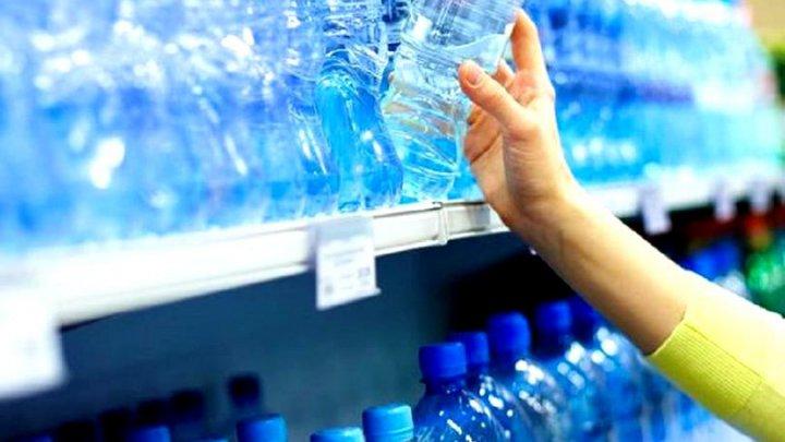 SEMNAL DE ALARMĂ, în urma unei investigaţii: Particule de plastic în apa îmbuteliată