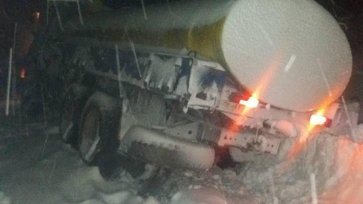 Un camion încărcat cu combustibil a ajuns în şanţ pe traseul Chişinău-Bălţi. Geniștii Armatei Naționale au sărit în ajutor (FOTO)