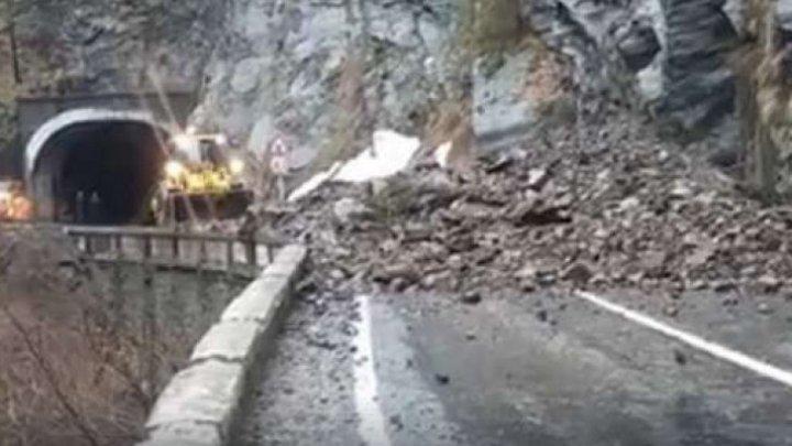 O stâncă uriaşă s-a prăbuşit pe şoseaua alpină Transfăgărăşan (VIDEO)