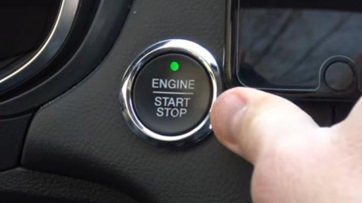 EXPERIMENT: Ce se întâmplă dacă apeşi din greşeală butonul de oprire a motorului în timp ce conduci (VIDEO)