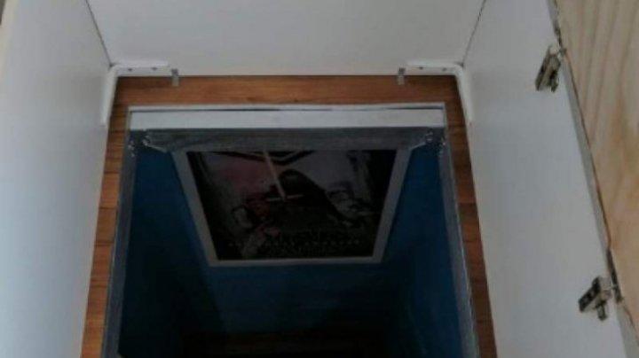 Întâmplare ciudată! Aspira în cameră când a dat covorul la o parte și a găsit o ușă secretă. A deschis-o și a încremenit
