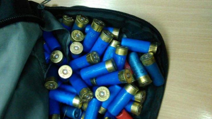 Peste 100 de cartușe de vânătoare, depistate ascunse în portbagajul unui automobil. Cum a justificat şoferul prezenţa acestora în maşină