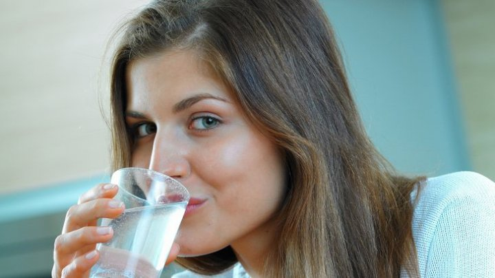 Bine de știut! Dezavantajele dietei cu apă, unul dintre cele mai populare regimuri de slăbit