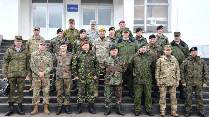 """Ataşaţii apărării, acreditaţi în Moldova, au vizitat Brigada de infanterie motorizată """"Ştefan cel Mare"""" din Chişinău"""