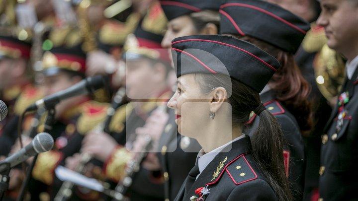 Carabinierii au organizat un flashmob dedicat Zilei Internaționale a Femeii (FOTOREPORT)
