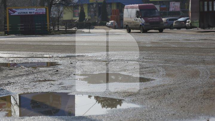 Pline de gropi şi cu trotuare dezastruoase. Străzile din oraşul Bălţi sunt într-o stare deplorabilă (FOTOREPORT)