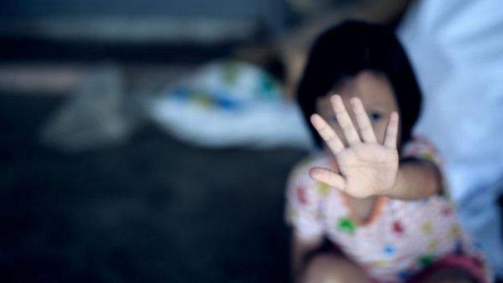 CAZ ÎNGROZITOR! O fetiță de trei ani a fost violată într-un autobuz. Mama şi-a găsit copila plină de sânge