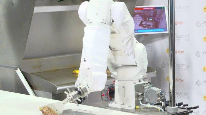 REVOLUȚIONAR! Robotul Masterchef pregătește burgeri în restaurante. Cum arată în acțiune (VIDEO)