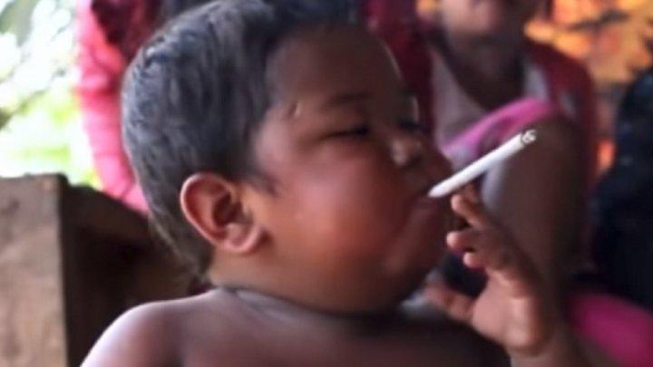 VIRAL pe internet. Cum arată bebeluşul care fumează 40 de ţigări pe zi