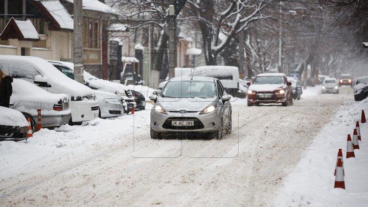 InfoTrafic: Pe drumurile din Capitală se înregistrează zăpadă și gheţuş