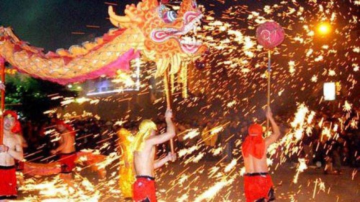 Bărbaţii din China se aruncă în mijlocul focurilor de artificii pentru a alunga demonii în cadrul unei sărbători tradiţionale