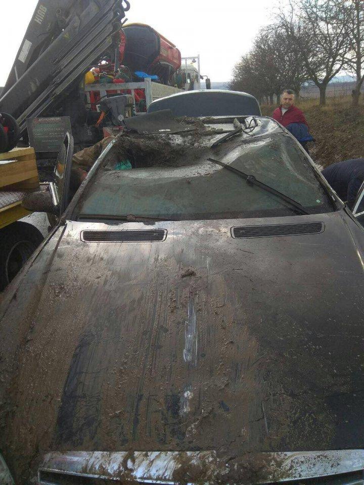 ACCIDENT CA-N FILMELE DE ACŢIUNE în raionul Ialoveni: Doi şoferi S-AU RĂSTURNAT cu mașinile într-un canal de scurgere a apei (FOTO)