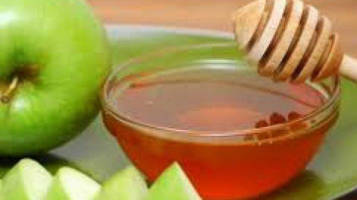 Exfoliantul natural cu măr și miere. Iată cum se prepară și cât de benefic este