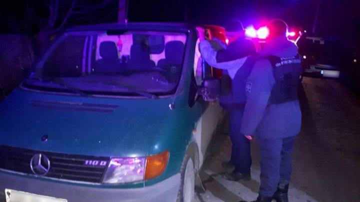 Microbuz tras pe dreapta la frontieră. Ce transporta un moldovean, care a rămas fără business-ul său de ZECI DE MII DE LEI