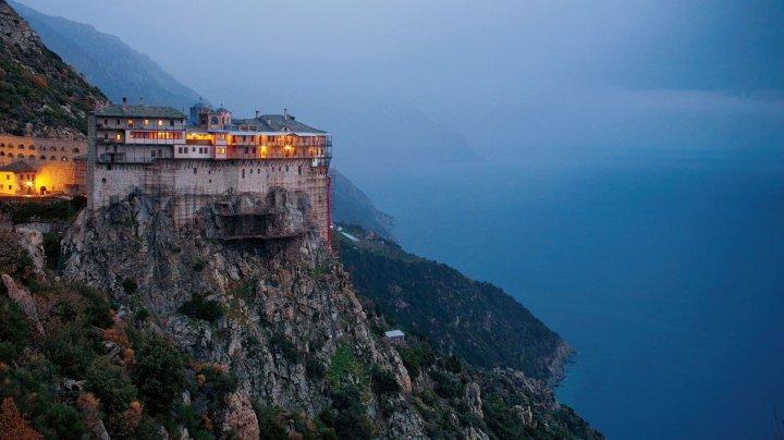 Ce dietă au călugării de pe Muntele Athos. Regimul lor poate face minuni