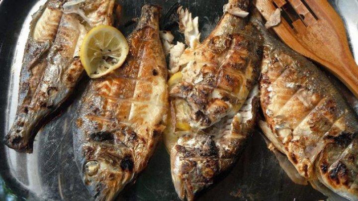 Trucul pe care trebuie să-l ştii. Cum să prepari peşte la grătar fără să se lipească