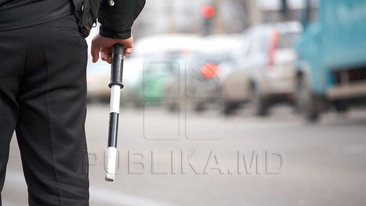MOMENT HAIOS! Cum au fost surprinşi doi ofițeri de poliție într-o parcare (IMAGINI VIRALE)