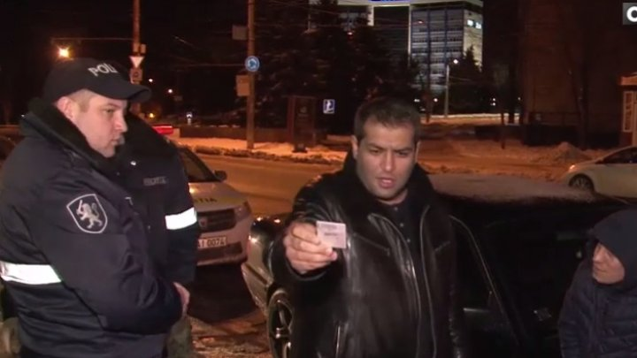 SCANDAL şi AMENINŢĂRI pe o stradă din sectorul Buiucani. Un şofer şi amicul acestuia au pus la încercare nervii poliţiştilor (VIDEO)