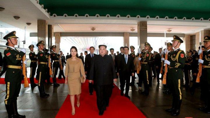Imaginile care au uimit o lume întreagă! Cum s-a îmbrăcat soția lui Kim Jong-un în China (FOTO)