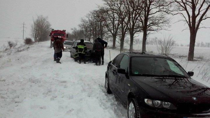 Salvatorii în alertă! În ultimele 24 de ore, pompierii au scos din nămeţi 11 maşini