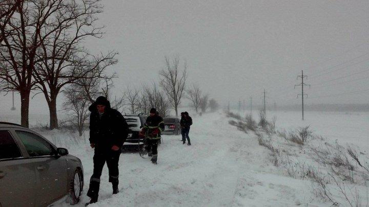 Salvatorii, în ajutorul şoferilor blocaţi în zăpadă. 19 autovehicule, tractate în ultimele 24 de ore (VIDEO/FOTO)