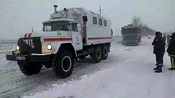 Un microbuz şcolar în care se aflau copii şi urma să ajungă la Căuşeni, blocat în zăpadă. Salvatorii au intervenit de urgenţă
