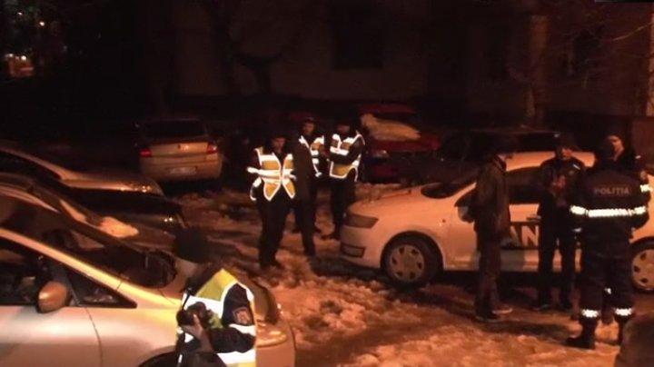 AGRESIVI şi SCANDALOŞI atunci când au fost reţinuţi! Ce au făcut doi tineri, noaptea, într-o curte din Capitală (VIDEO)
