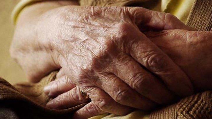 Momente de coşmar pentru o bătrână din raionul Căuşeni. Femeia, în vârstă de 84 de ani, a fost ţinta unor tâlhari