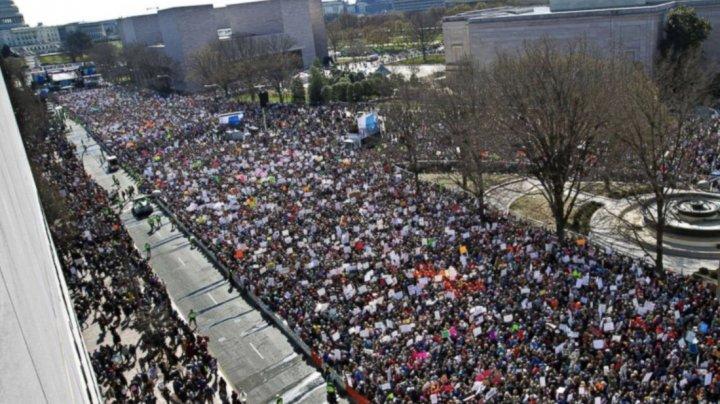 Proteste FĂRĂ PRECEDENT în SUA. Sute de mii de oameni au ieşit în stradă pentru o manifestaţie ÎMPOTRIVA ARMELOR DE FOC