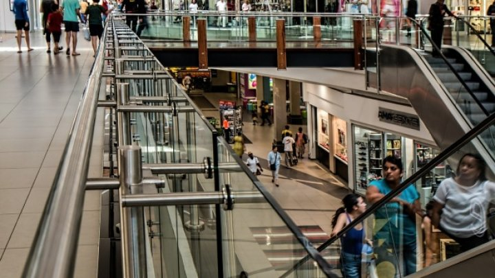 Revoltător! Un celebru lanț de magazine dă afară aproape o mie de angajați