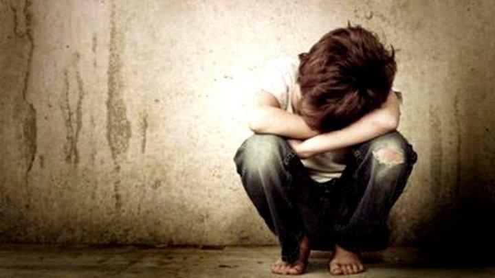 Înfricoșător! Un copil, violat de un alt băiat, într-o clădire părăsită. Alți doi minori au asistat la abuz