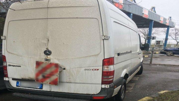 Microbuz furat în 2013 din Italia, descoperit la Vama Albiţa. La volan se afla un cetăţean moldovean (FOTO)