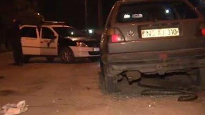 Ghinion pentru doi tineri. Au fost observaţi de poliţişti exact în momentul în care încercau să FURE bunuri dintr-o maşină