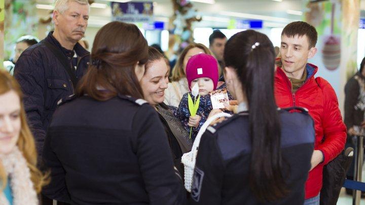 SURPRIZE LA FRONTIERĂ. Copiii care vin în țară vor primi dulciuri cu ocazia sărbătorilor de Paște (FOTO)
