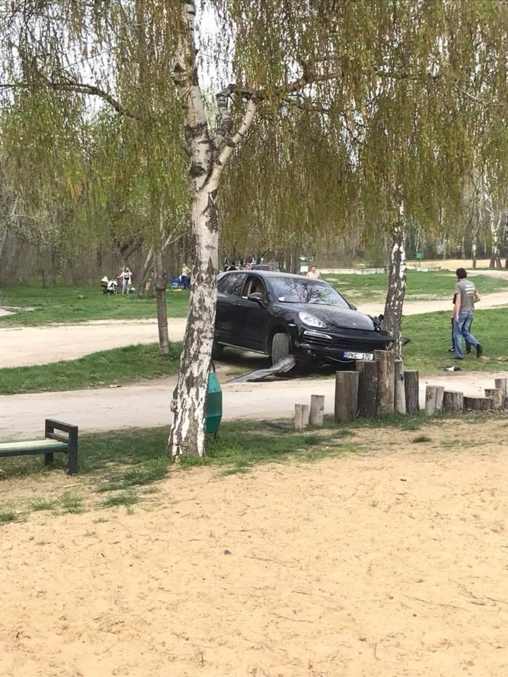 Beat şi supărat pe câţiva câini, un bărbat din Capitală şi-a făcut Porsche-ul PRAF (FOTO)