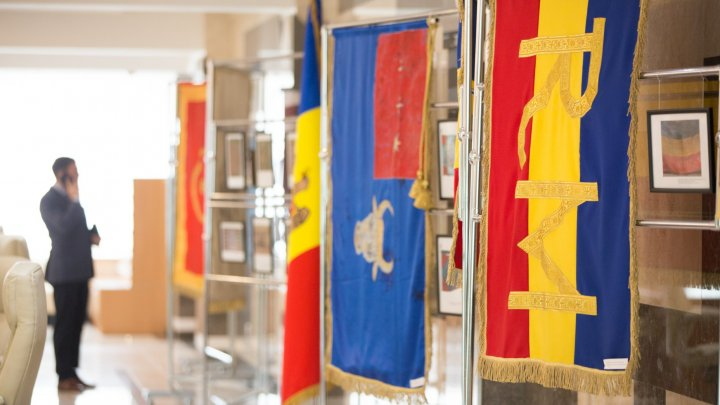 Expoziţie inedită la Parlament. Mai multe drapele istorice, prezentate publicului (FOTO)
