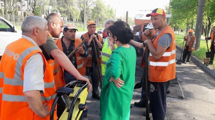 Silvia Radu despre lucrările de reparaţie a drumurilor: Mai este mult de lucru, toţi oamenii sunt la datorie. Orașul va fi reparat (FOTO)