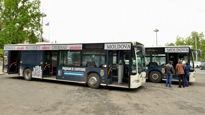 Autobuzele oferite de primăria București au ajuns la Chișinău. Cu ce sunt dotate şi când vor fi puse în circulaţie