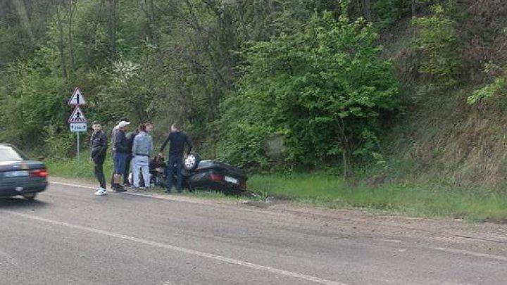 Accident rutier în apropiere de Fundul Galbenei. O maşină s-a răsturnat într-un şanţ (FOTO)