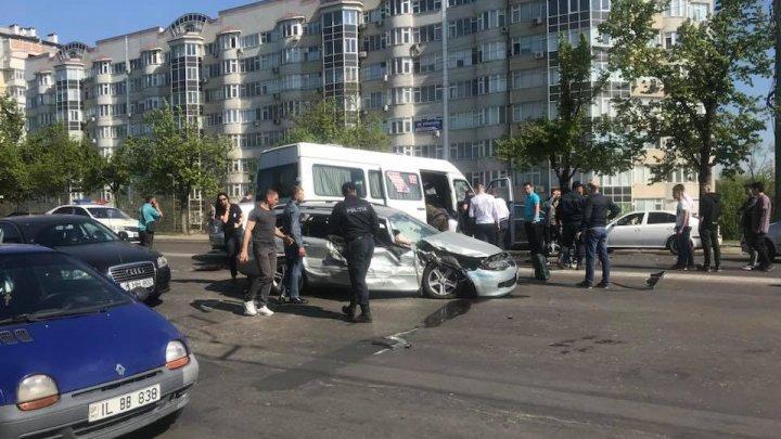 ACCIDENT ÎN LANŢ în Capitală. Maşini, un troleibuz şi un microbuz de linie s-au ciocnit. Poliţia, ambulanţa, la faţa locului (VIDEO/FOTO)