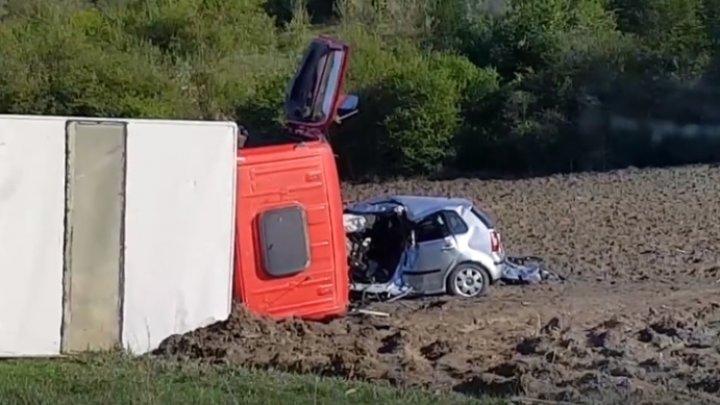 ACCIDENT TERIBIL la Străşeni: Un mort, un CAMION RĂSTURNAT şi un AUTOMOBIL FĂCUT ZOB (IMAGINI GROAZNICE)