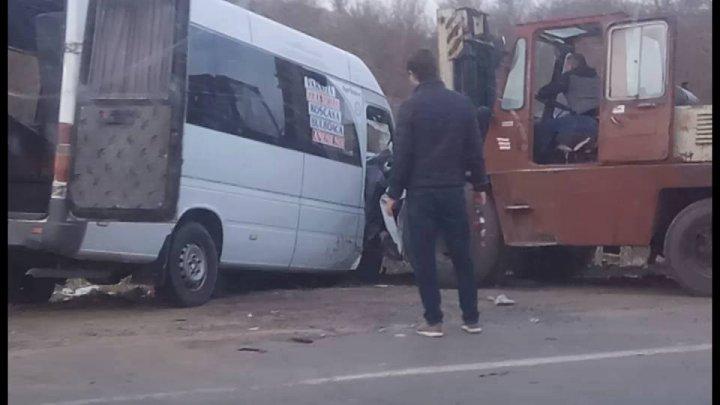 Microbuz de pe ruta Varniţa - Chişinău, implicat într-un GRAV ACCIDENT. Un tânăr de 22 de ani a murit, alte 16 persoane rănite (FOTO)
