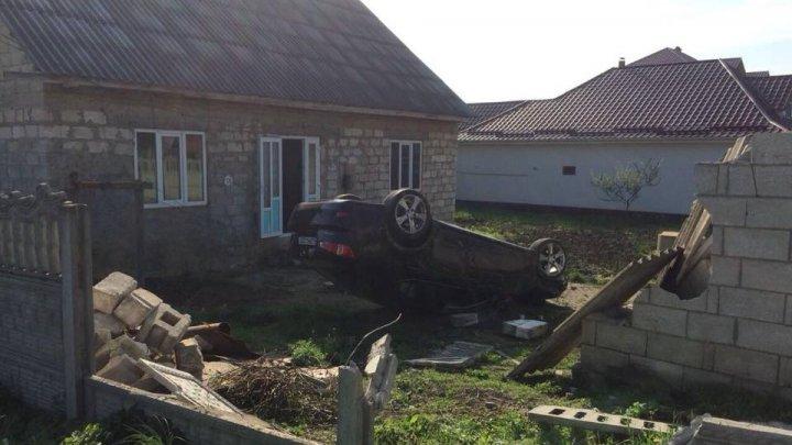 Prima maşină zburătoare din Moldova. Un Lexus a aterizat într-o curte din Hânceşti (FOTO)