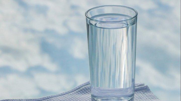 Trebuie să știi asta! De ce să nu mai bei niciodată din apa lăsată câteva ore în pahar