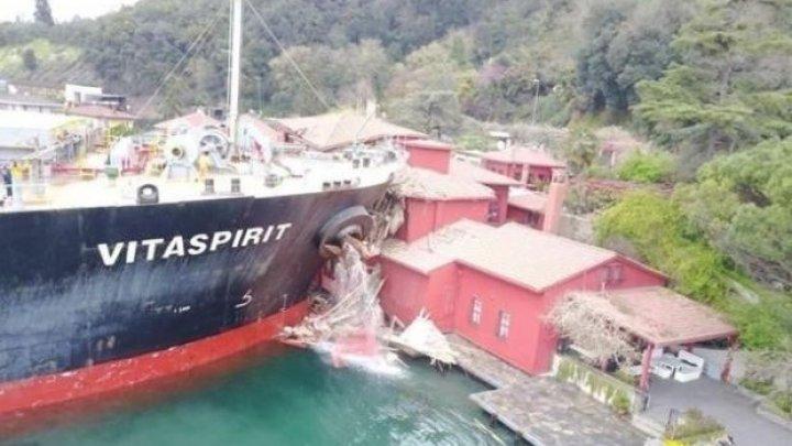 ACCIDENT DRAMATIC în Bosfor. O navă cargo a străpuns o vilă din secolul al XIX-lea din Istanbul (VIDEO)