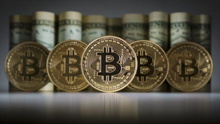"""Bitcoin a trecut printr-un proces de """"înjumătățire"""", după ce a atins valoarea de 10.000 de dolari săptămâna trecută"""