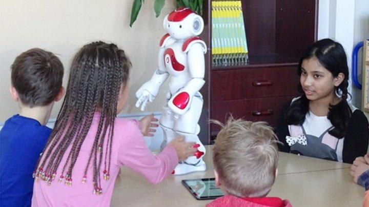 Elevii dintr-o şcoală din Finlanda învaţă limbi străine şi matematică de la roboţi