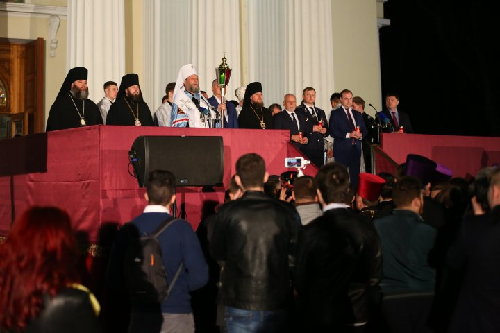 LUMINA SFÂNTĂ a ajuns la Chișinău. Sărbători fericite! Hristos a înviat (FOTOREPORT)